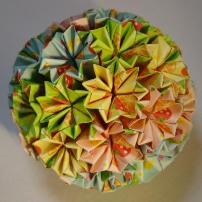 NO.018:プルーツ柄 空11・桃10・若草8・淡黄7 の7.5センチ角を折り返し