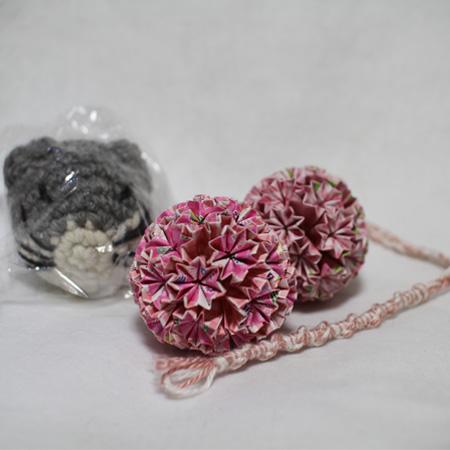 ピンク系とおたのしみ袋の引き上げ品のビッグ猫あたまとおもちゃのミサンガ